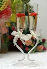 naše...objednané cez net, už aj s menami a dátumom svadby /mašličky patrili k pohárom/