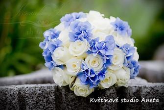 Bílé růže a hortenzie, nádherná kombinace :)
