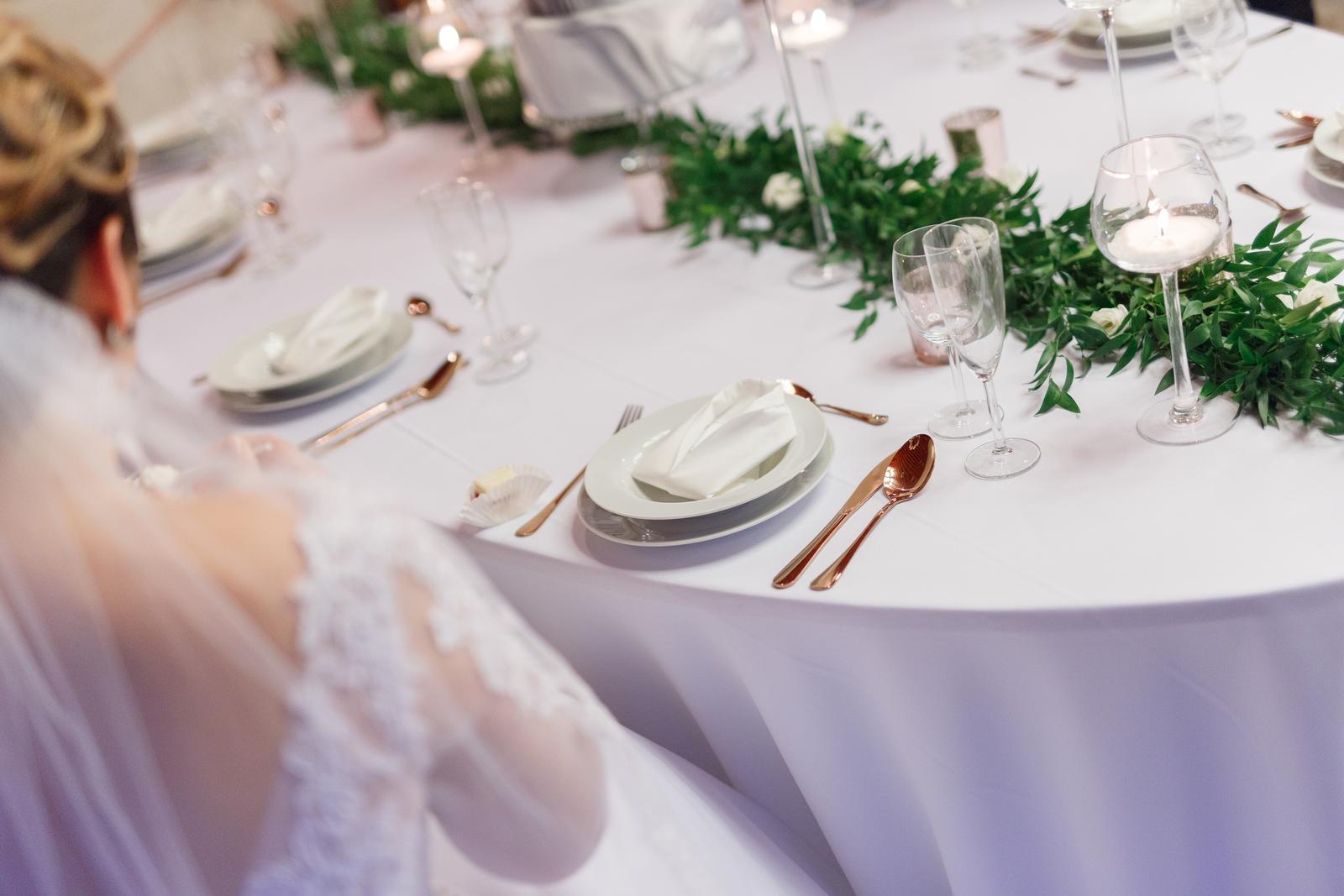 Elipsový stôl s obrusom - Obrázok č. 1
