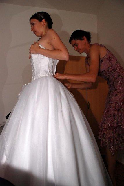 Linda Lahnerová{{_AND_}}Ondřej Bláha - Oblékání šatů