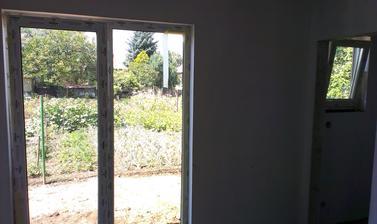 7.7.2014 pohľad zo spálňového okna a na pravo je šatník...