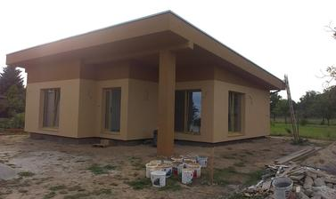 z ľava: detská izba, vstup do domu-chodba, obývačka.