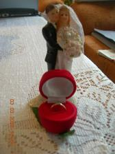zásnubní prstínek a figurky na dort