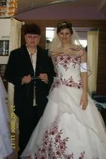 já s maminkou při zkoušce šatů