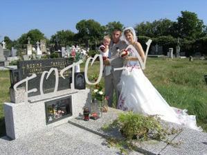U tatínka na hřbitově