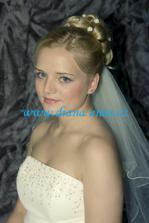 Tato nevěsta má kulatý obličej, takže jí vlasy ščesané dozadu sluší, možná by byl pěkný jeden puštěný pramínek na straně obličeje