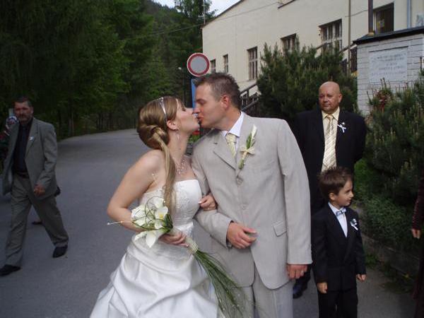 Martinka a Rastík  11.10.2008 - toto je super, tiež nebudem mať závoj, veľmi sa mi páči
