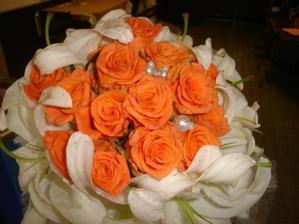 pěkná kytka, ale místo bílých kal bílé růže...