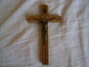 Krížik položíme k prstienkom na vankúšik pri obrade