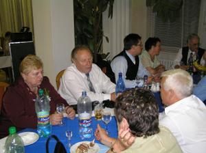 Pani v bordovom kostýme a pán vedľa nej-Trojánkovci. P.Trojánek je otcov bývalý veliteľ z vojny,(ostali dobrí priatelia) videli sa po 35 rokoch, počas ktorých si len písali a telefonovali. VEĽMI MILÍ ľudia