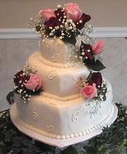 V sobotu som zajednala takuto podobnu torticku,ale bez zivych kvetov