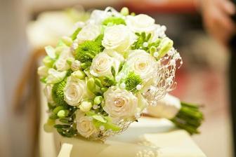 milované biele ruže, frézie - jediná moja podmienka :)