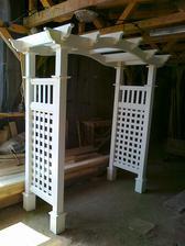 Mohutná drevená brána, vhodná do záhrady aj na svadbu, ako sme ju mali my :)