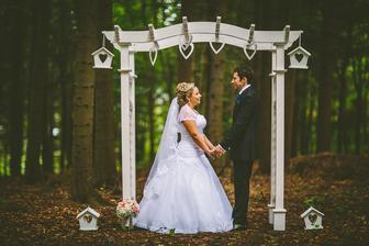 .... drevenú bránu sme využili počas našej svadby na fotenie v lese a zároveň aj ako výzdobu v sále pri dverách :)