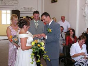 výměna prstýnků..během maželského slibu..