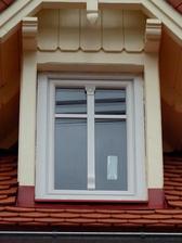 k oknu dodělány ozdobný prvky-:)