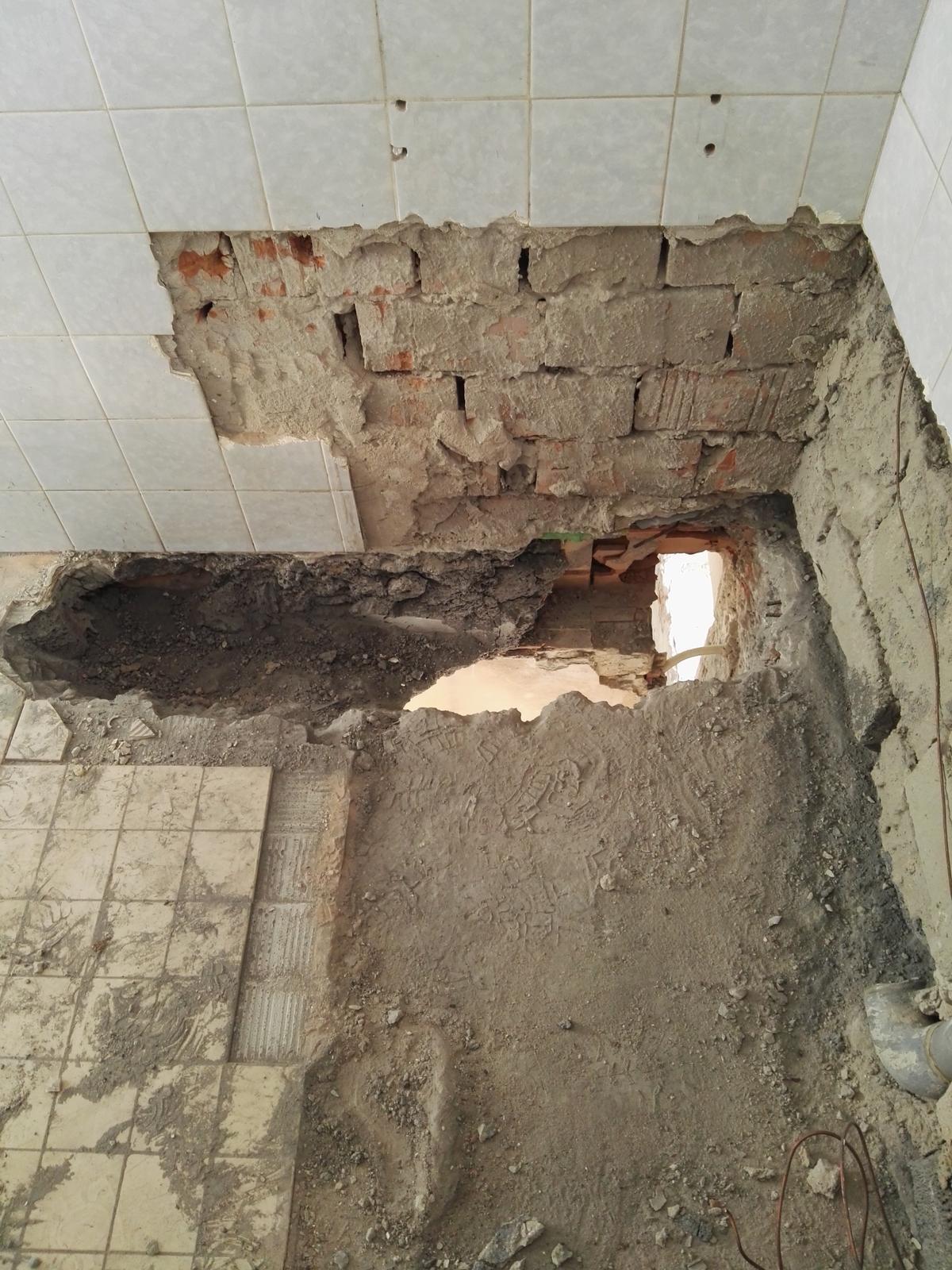 Rekonstrukcia RD - odstránená stará kanalizacia, plafon to nezvladol