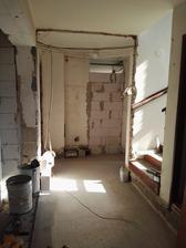 Stena na chodbe nedokončená, ešte musím vyšpekulovať ako tam osadím zhod na prádlo, ktorý ako asi všetko na stavbe nevychádza podľa predstáv