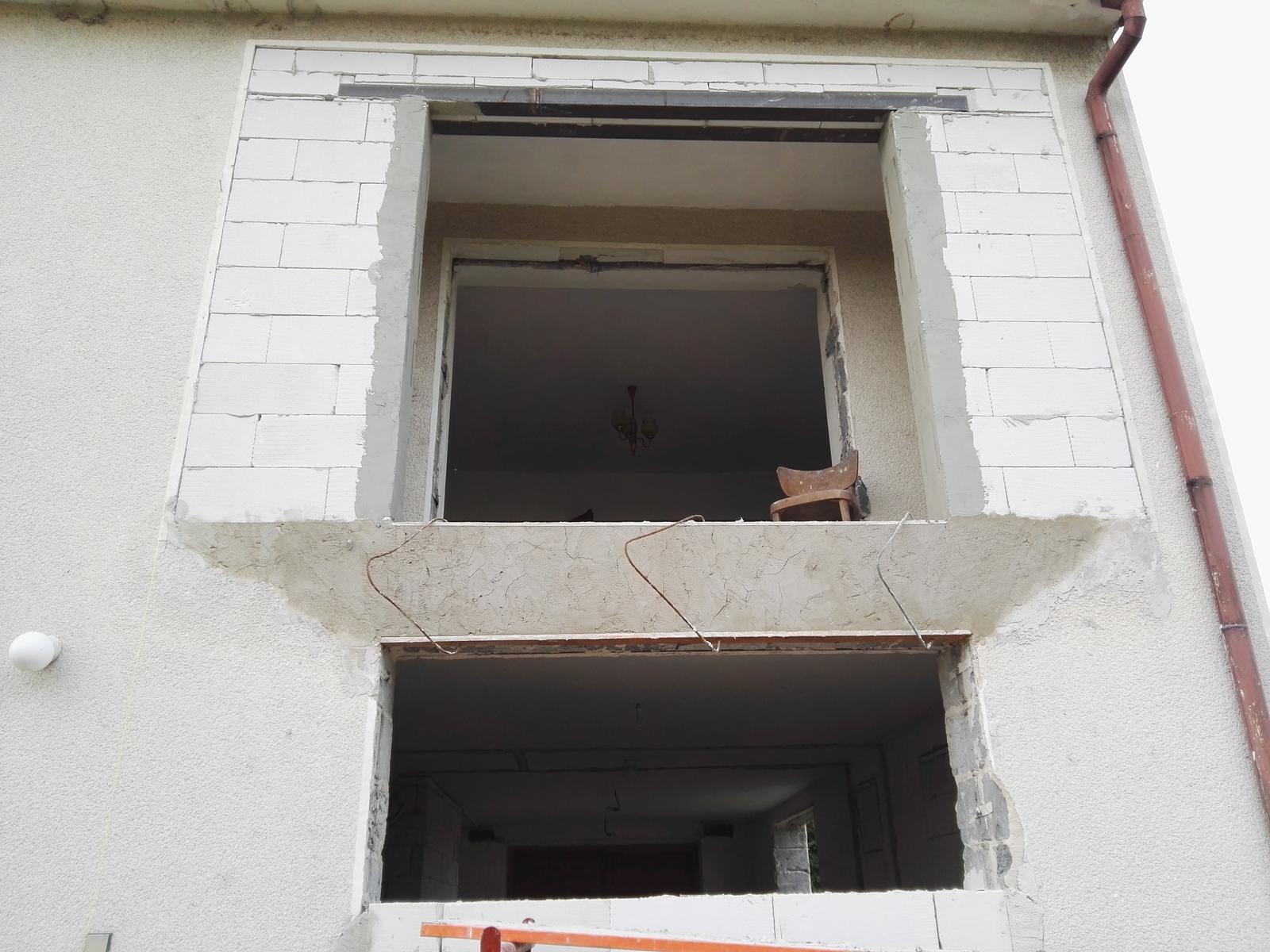 Rekonstrukcia RD - Nahadzala sa nazad omietka co odpadla, chystaju sa pomaly veci na okna
