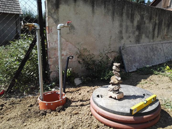 Osadená šachta na vodu, jedna na studňu, jedna s mestskou vodou. Ked tu vidím tie premakané zahony a skalky, tak som narychlo zbúchal aj ja dekoráciu :)  Z kamenia čo som našiel pri zakopávaní