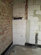 Mizne záchod, tá časť naľavo je len 5cm prímurovka aby sa schovalo WC a dorovnali úrovne stien, (aspoň odoka) lebo pravé uhly tam moc nehrozili. A presne preto som písal, že tie priečky som mohol rovno vyšvácať všetky, len komplikacie a robota navyše