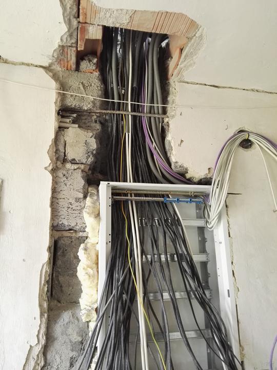 Špageti western, jak to volá elektrikaris :)    (to sú iba kable z poschodia)
