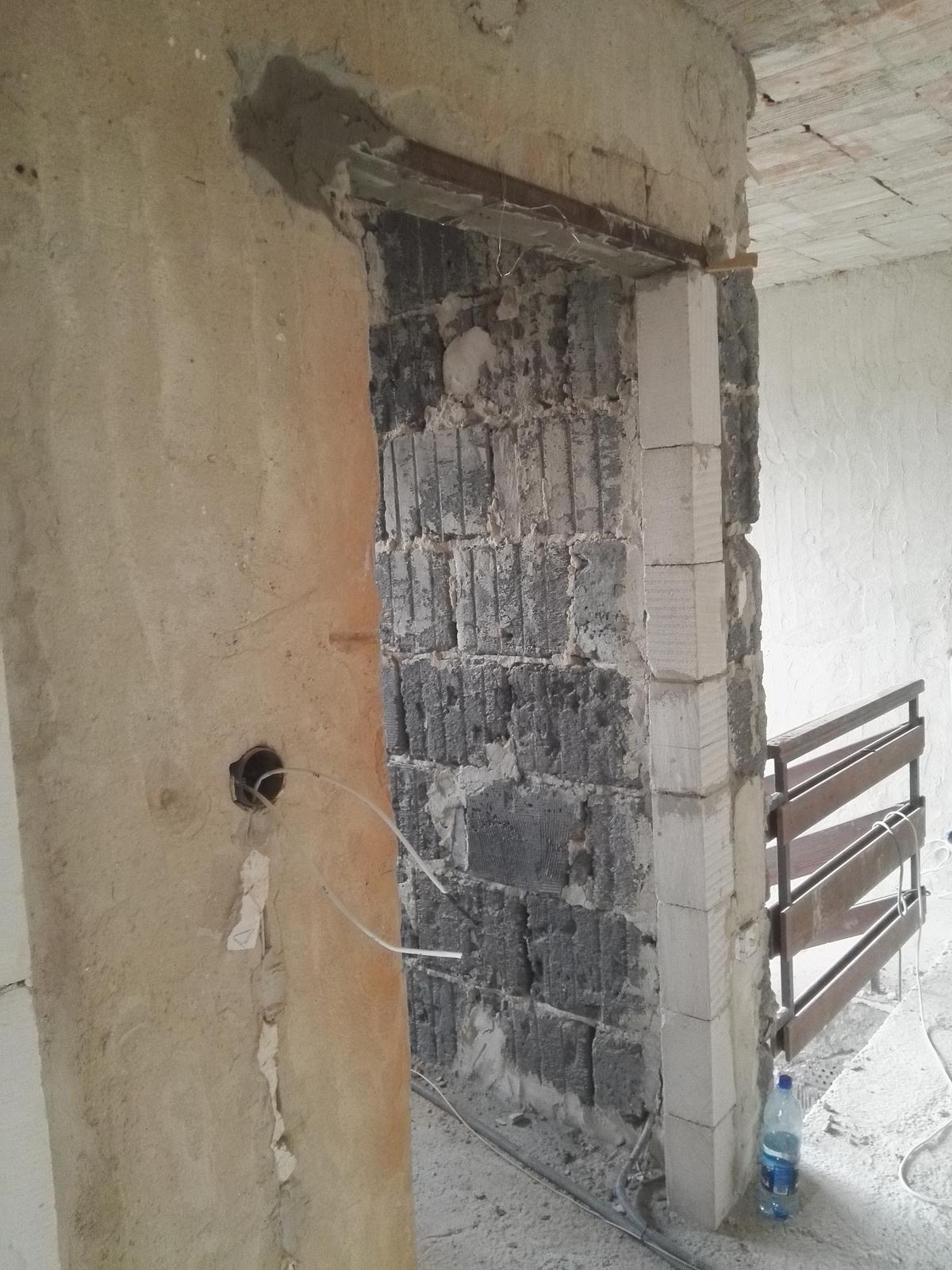 """Rekonstrukcia RD - Na poschodi mali vsetky dvere inu vysku takbsa este prerabali/dorabali preklady. Dalsia """"murarska"""" partia, keby to robi slimak co nema ruky, tak by skoncil asi  hodku po nich."""