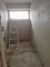 S tymi oknami sme sa narobili, ale vyplatilo sa to (rozširovali sme okná od steny po stenu v tejto kúpelni, dolnej kúpelni, aj schodisku)