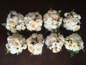Romantická dekorace z růží a pivoněk šampaň/bílá ,