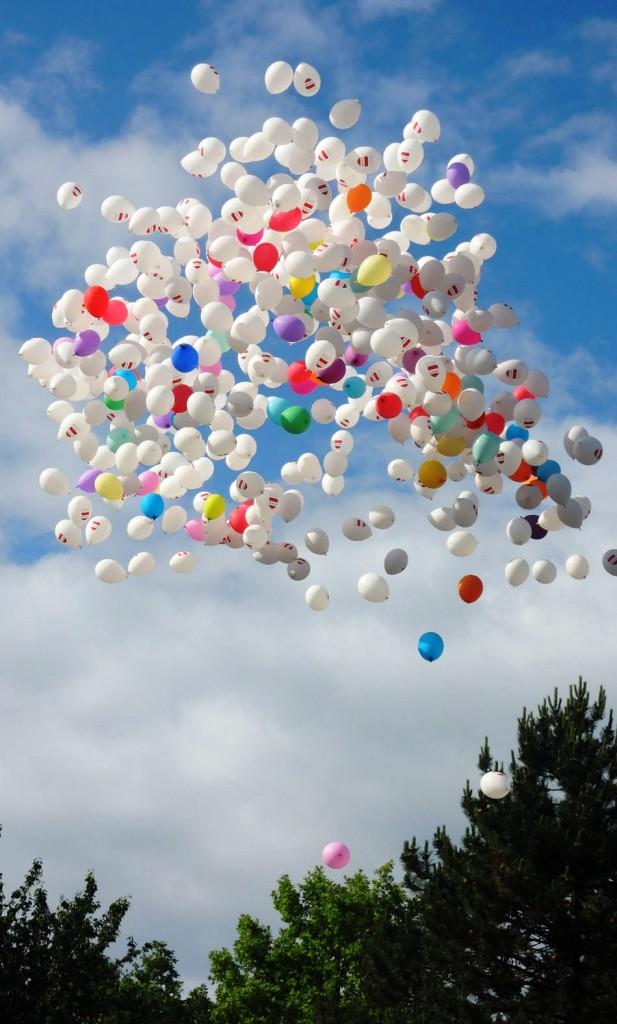 ♥M+P♥ Přípravy - 100ks bílých balńků nakoupeno a hélium taky, budeme vypouštět hromadně po obřadě, hosté nám napíši na kartičku co nám přeji do manželství a vypustí se :-)