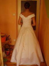 šaty č. 6 - zezadu...
