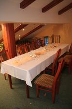 Prichystany stol pre hosti, ktori prisli pozriet na svadbu ak by bolo nepriaznive počasie..