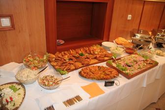 Bohate švedske stoly a hlavne boli veľmi chutne....