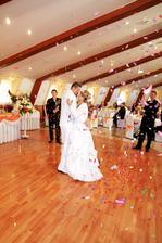 Mladomanželský tanec-lupienkový ohňostroj..