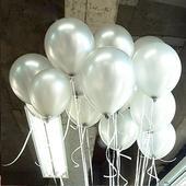 Bílé až průhledné nafukovací balónky,