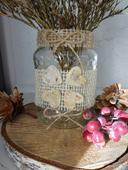 Vázy na svatební stůl s jutou a přírodninami,