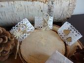 Krajkové kroužky na ubrousky s přírodními dekorace,