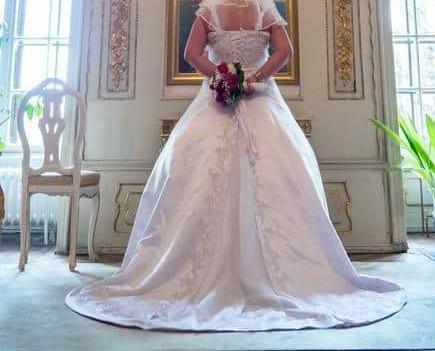 Snehobiele svadobné šaty - Obrázok č. 1