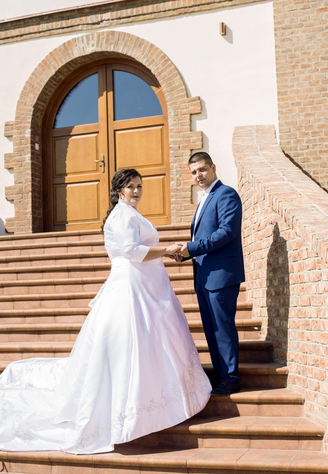Snehobiele svadobné šaty - Obrázok č. 4