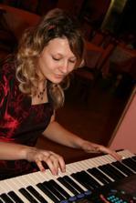 Nika nám hraje na klávesy