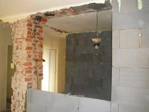 pohľad z budúcej obývačky do kuchyne a chodby...